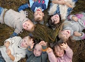 8 razones con base científica por las que deberías dejar jugar a tus hijos al aire libre