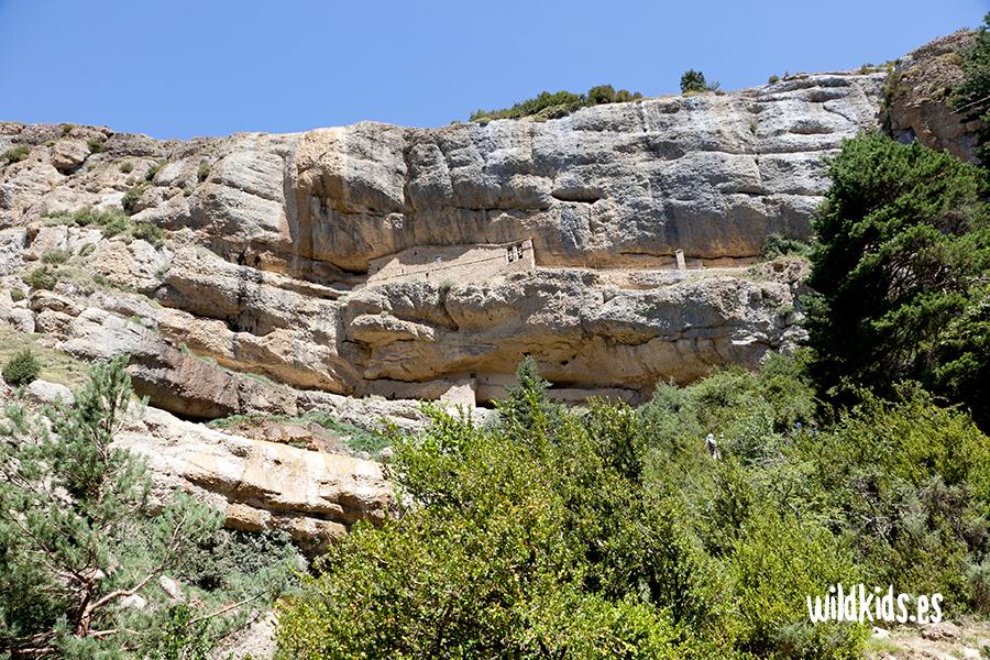 Pared rocosa donde se encuentran las ermitas de san cornelio y la cueva
