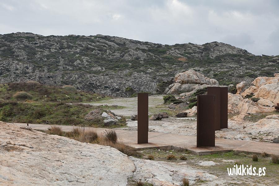 Columnas de acero corten en el acceso al Paraje de Tudela