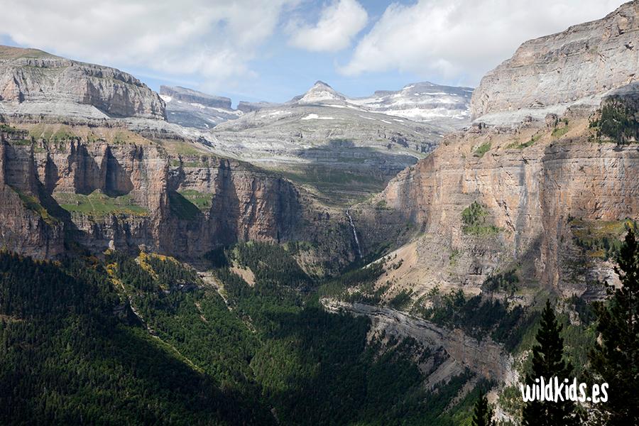 La brecha de Rolando y la cascada de Cotatuero desde la Faja de Pelay