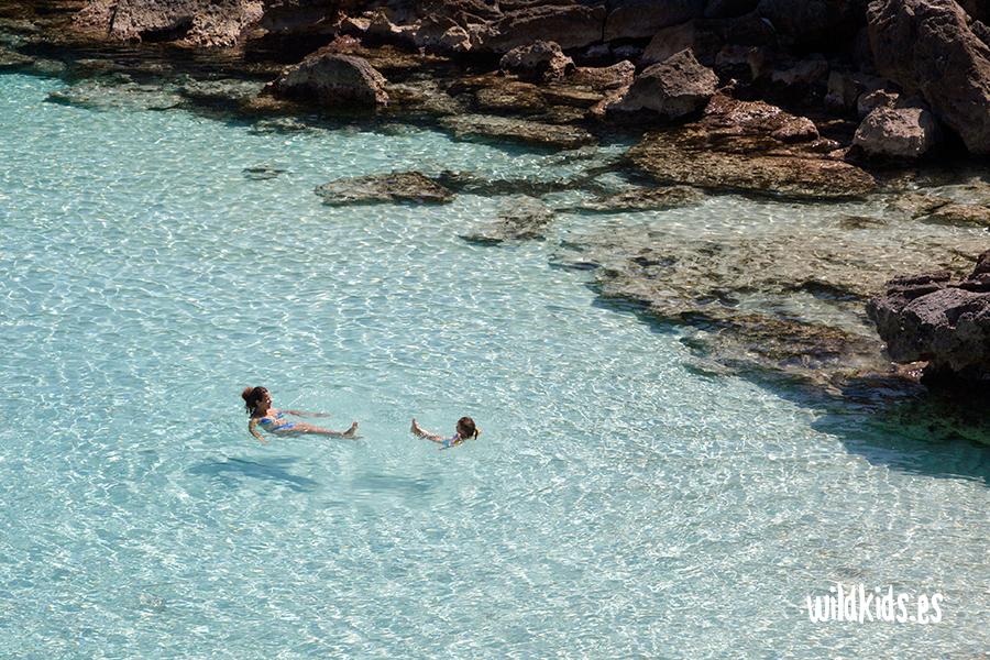 Nadando en las cristalinas aguas de Menorca