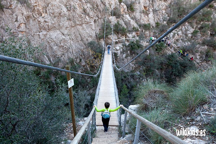 El primero de los puentes salva una altura de 15 m