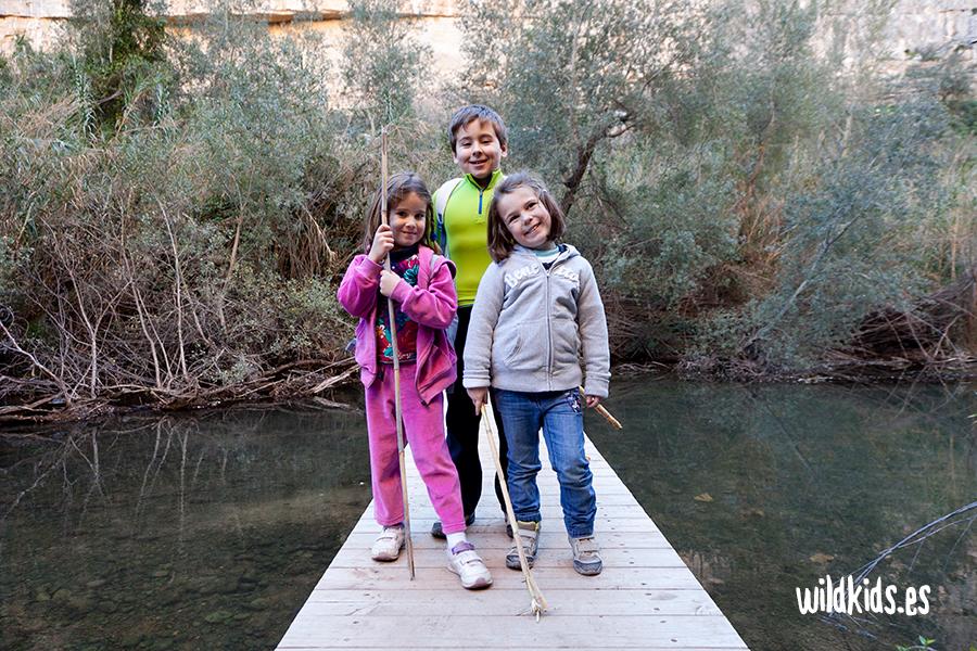 Una de las pasarelas que cruzan el río camino del embalse de Loriguilla