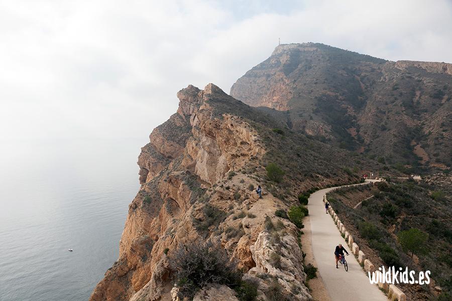 Vista del camino de acceso y los acantilados de la Serra Gelada desde el faro del Albir